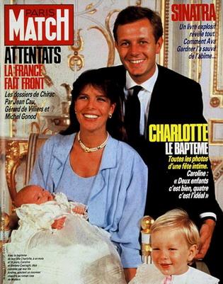 Couverture du PARIS MATCH n°1949 du 3 octobre 1986 : photo officielle de la princesse CAROLINE tenant dans ses bras sa fille Charlotte CASIRAGHI, 1 mois et 18 jours,  dans sa robe de baptème aux côtés de son mari Stefano et leur fils Andréa.
